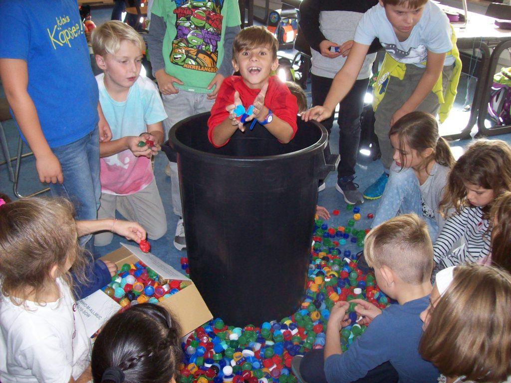 Plastikdeckel gegen Kinderlähmung